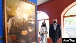 Prezident İlham Əliyev və birinci xanım Mehriban Əliyeva Şuşada təşkil edilən sərgini ziyarət edir