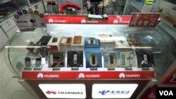 Kementerian Keuangan berencana memberlakukan cukai barang mewah bagi setiap produk telepon selular (ponsel). (Foto: Dok)