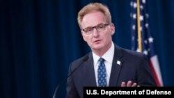 """El secretario interino de la Marina de EE.UU., Thomas Modley, emitió una disculpa por llamar """"estúpido"""" al capitán de un portaaviones."""