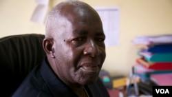 Pierre-Claver Mbonimpa, défenseur renommé des droits de l'Homme au Burundi, décembre 2014. (VOA / H. McNeish)
