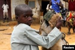 Dadin Duniya duduk di atas hyena saat pertunjukan sirkus di Gabasawa, Kano State, Nigeria, July 27, 2021.