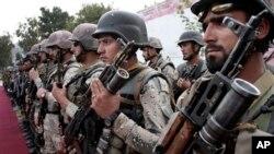Tentara Afghanistan bersiap untuk upacara pemindahan wewenang tahap ketiga dari NATO ke pasukan keamanan Afghanistan di Kabul, Afghanistan (Foto: dok). Pasukan koalisi internasional pimpinan AS di Afghanistan mengatakan seorang pemberontak yang bertanggungjawab atas tewasnya seorang tentara AS di Kunar tahun 2012 telah tewas dalam suatu penggerebekan di Ghaziabad, propinsi Kunar, Senin (18/2).