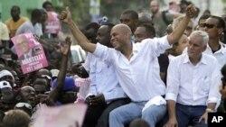 海地总统候选人马特莱(中)和贝克(右)反对海地大选