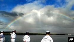 在夏威夷珍珠港的美国航空母舰里根号上的人员