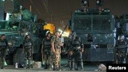 防暴警察在 法国驻也门萨纳使馆外站岗守卫