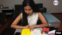Ana María es una estudiante universitaria que, a pesar de la enfermedad, aprovecha la cuarentena al máximo para mejorar sus síntomas. Leer es una de sus grandes distracciones.