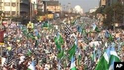 توہینِ رسالت قانون میں تبدیلی کے خلاف کراچی میں جلسہ کا ایک منظر