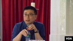 香港公開大學人民社會科學院講師鄭煒表示,出席支聯會六四燭光晚會的人數是否因本土化思潮興起而減少,有待觀察。(美國之音湯惠芸)