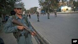 9月20号爆炸后,阿富汗警察守卫在阿富汗前总统布尔汉努丁.拉巴尼住宅外