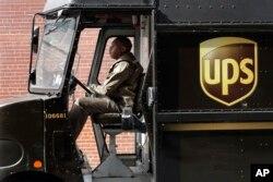 Un conductor de UPS se dirige a entregar paquetes en una ruta de New York.