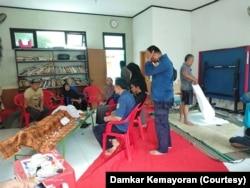 Petugas Damkar Kemayoran Jakarta Pusat saat berkunjung ke rumah Arfiqo Aif Ardana (16 tahun) di Kelurahan Serdang, Kemayoran, Rabu, 1 Januari 2020. (Foto: dokumentasi Damkar Kemayoran)