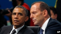 Tổng thống Barack Obama lắng nghe Thủ tướng Australia Tony Abbott phát biểu khai mạc tại phiên họp toàn thể hội nghị G20 Summit ở Brisbane, Australia, ngày 15 tháng 11, 2014.