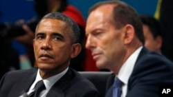 Tổng thống Hoa Kỳ Barack Obama lắng nghe Thủ tướng Australia phát biểu tại phiên khai mạc cuộc họp đầu tiên của Hội nghị thượng đỉnh G20 ở Brisbane, Australia, ngày 15/11/2014.