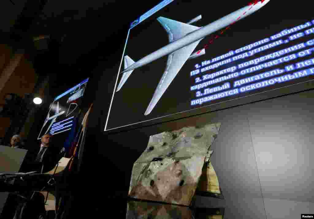 Sampel dan bahan-bahan grafis ditampilkan dalam konferensi pers yang diselenggarakan oleh para pejabat pembuat rudal Rusia Almaz-Antey terkait hasil investigasi ledakan pesawat Malaysia Airlines bernomor penerbangan MH17 di Ukraina timur, di Moskow, Rusia (13/10). (Reuters/Maxim Zmeyev)