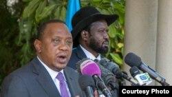 Le président kényan Uhuru Kenyatta, à gauche, et son homologue sud-soudanais Salva Kiir lors tiennent une conférence de presse, 30 aout 2016.