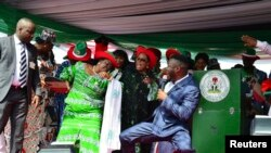 尼日利亚总统乔纳森的夫人和支持者们在执政党的群众大会上跳舞