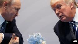 Дональд Трамп и Владимир Путин общаются во время саммита G20 в Гамбурге, Германия, 7 июля 2017 года