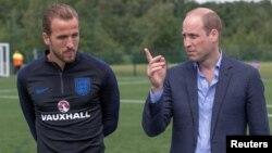Hoàng tử Anh William trò chuyện với đội trưởng tuyển bóng đá Anh Harry Kane tại nơi đội luyện tập ở Leeds hôm 7/6.