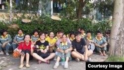 一些大学生到环卫罢工现场声援。(民生观察图片)。
