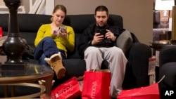 芝加哥的一对夫妇在11月29日黑色星期五购物周末在梅西百货商店购物时小憩片刻。