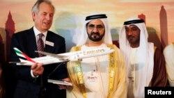 波音公司總裁向阿拉伯聯合酋長國首長最新的777X客機模型。