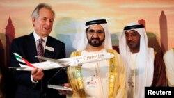 "Pimpinan Boeing James McNerney (kiri) menunjukkan sebuah model terbaru pesawat jet 777 kepada PM Uni Emirat Arab dan Penguasa di Dubai Sheikh Mohammed bin Rashid al-Maktoum (dua dari kanan) dalam pameran Dirgantara ""Dubai Airshow"" (17/11)."