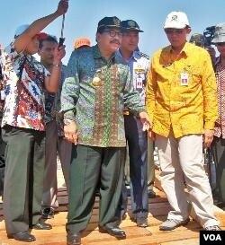 Gubernur Jatim Soekarwo saat meninjau lokasi pembanguan jembatan darurat di Pasuruan. Soekarwo telah meminta Dinas PU memeriksa jembatan-jembatan kritis di Jawa Timur.