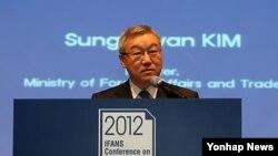 24일 한국 국립외교원이 주최한 세미나에서 연설하는 김성환 외교통상부장관.