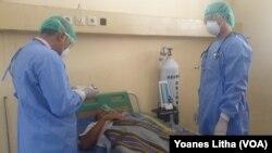 Dokter dan perawat melakukan observasi terhadap pasien dalam kegiatan simulasi penanganan pasien diduga terinfeksi virus corona di RSUD Anutapura Palu, 4 Maret 2020, sebagai ilustrasi. (Foto: VOA/Yoanes Litha)