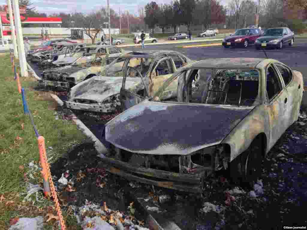 مظاہرین کی جانب سے گاڑیوں کو جلادیاگیا