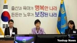 박근혜 한국 대통령이 6일 청와대에서 열린 제4기 저출산고령화사회위원회 1차 전체회의에서 모두발언을하고 있다.