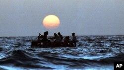 Cubanos abordo de una balsa improvisada, durante uno de los éxodos masivos, éste en agosto de 1994. Los analistas temen que las reformas migratorias cubanas provoquen una crisis parecida en Estados Unidos.