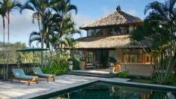 The Asmara Suite di Amandari Hotel yang elegan di Ubud memiliki kolam renang pribadi dengan pemandangan sawah di dekatnya, 13 Agustus 2003. Bali merasakan pukulan yang berat akibat pandemi. (Foto: REUTERS/Bob Strong)