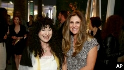 La réalisatrice Niki Caro (D) et l'auteure Diane Ackerman à Hollywood, 27 mars 2017, Los Angeles.