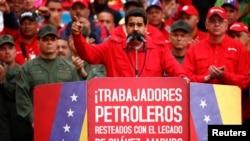 El presidente Nicolás Maduro dijo que una llovizna que cayó durante la concentración en Caracas era agua bendita que les enviaba Hugo Chávez.