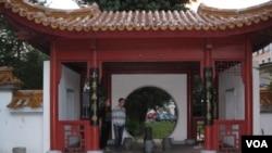 中国帮助建设的位于圣彼得堡市中心的中国园林(美国之音白桦拍摄)