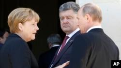 德國總理默克爾(左)、俄羅斯總統普京(右)和烏克蘭總統波羅申科(中)在法國參加會談(2014年6月6日資料照片)
