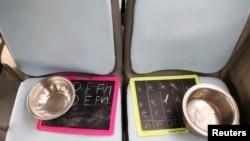 "Papan tulis kecil di kursi bus ""Harapan"" yang difungsikan menjadi ruang kelas bergerak untuk anak-anak yang tinggal di daerah kumuh, dekat Benteng Tughlaqabad di New Delhi, India, 6 Agustus 2021.(REUTERS)"