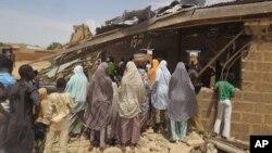 Người dân tụ tập quanh nhà thờ Hồi giáo bị tấn công ở Potiskum, Nigeria, hôm 5/7/2015.