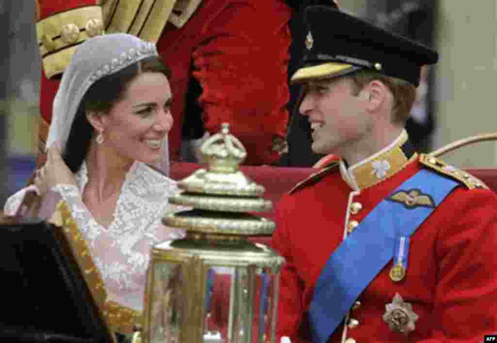Принц Уильям с супругой Кэтрин, герцогиней Кэмбриджской, покидают Вестминстерское аббатство