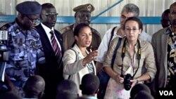 Para delegasi PBB, termasuk Dubes AS untuk PBB, Susan Rice (tengah) saat berkunjung ke Sudan selatan hari ini.