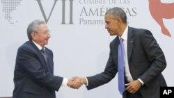지난해 4월 미주대륙 정상회의에서 만난 바락 오바마 미국 대통령(오른쪽)과 라울 카스트로 쿠바 국가평의회 의장이 악수하고 있다. (자료사진)