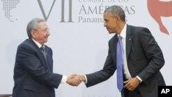美國總統奧巴馬和古巴主席勞爾.卡斯特羅在美洲峰會上握手(2015年4月11日)