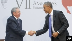 US President Barack Obama and Cuban President Raul Castro shake hands during their meeting at the Summit of the Americas in Panama City, Panama, April 11, 2015.