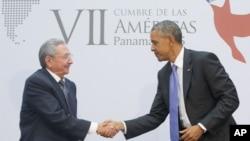 美国总统奥巴马和古巴主席劳尔•卡斯特罗在美洲峰会上握手(2015年4月11日)