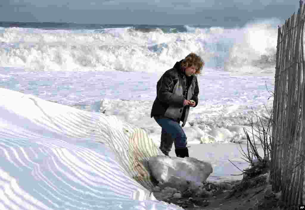 Cư dân chụp hình trên bãi biển phủ đầy tuyết ở Salisbury, Massachusetts, ngày 3/1/2014.