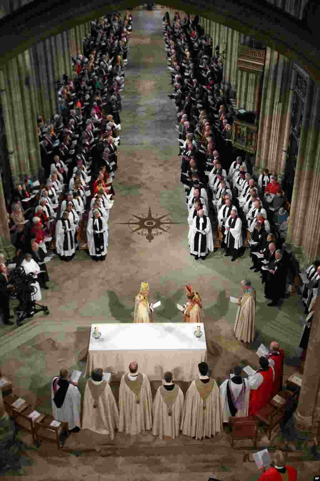 Tân giáo chủ Anh giáo Justin Welby tới bàn thờ trong lễ đăng quan tại thánh đường Canterbury ở Canterburry, Anh Quốc.