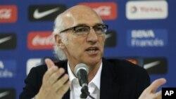Pelatih baru Boca Juniors, Carlos Bianchi memberi keterangan pers di Buenos Aires, Argentina, Rabu (19/12).