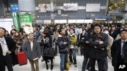 滞留在东京地铁站听候消息的乘客