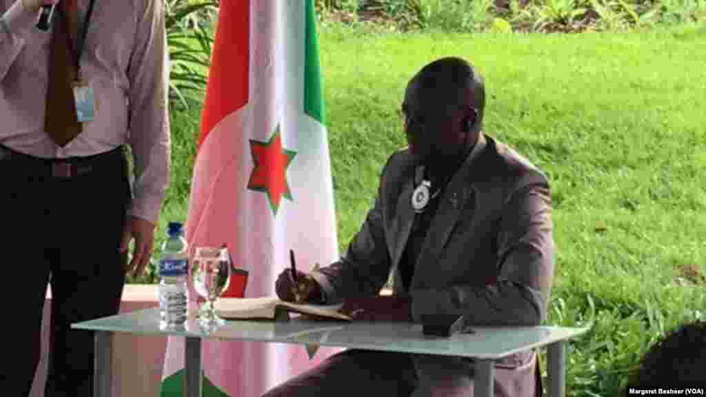 Le-président vice-burundais Gaston Sindimwo, assis, lors des échanges avec les ambassadeurs du Conseil de sécurité de l'ONU à Bujumbura, Burundi, 22 janvier 2016. (VOA/ Margaret Besheer)